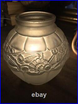 ART DECO Vase en verre pressé moulé. LORRAIN DAUM FRANCE Pierre dAvesn