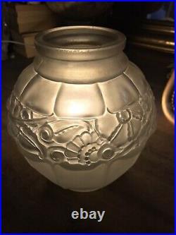 ART DECO Vase en verre pressé moulé. LORRAIN NANCY FRANCE