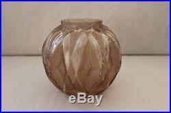 Beau vase boule en verre fumé d'époque Art Déco signé André HUNEBELLE