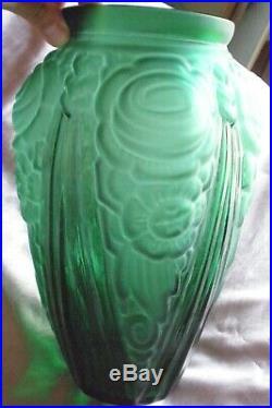 Grand vase art déco verre moulé vert à décor floral dépoli stylisé & draperies
