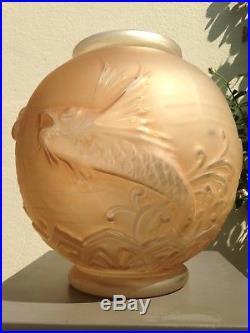 Important Vase Art Déco signé Lorrain, modèle poissons volants patiné sépia