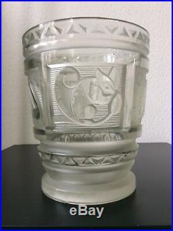 Important vase verre moulé dépoli décor mammifères signé Marcel Model Art Déco