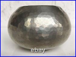 JEAN DESPRES (1889-1980) Vase boule martelé et poli à fond plat