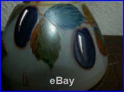 Leune. Vase de 15cm art déco décor aux gros fruits. Prunes émaillage epais