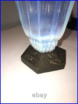 Pierre Davesn. Vase Art-déco en verre opalescent de forme hexagonale