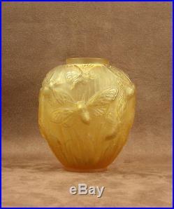 Superbe Vase Art Deco Verre Moule Presse Papillons Signe Verlys