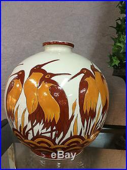 Vase boule en céramique émaillé a décor de hérons style Art déco (signé)