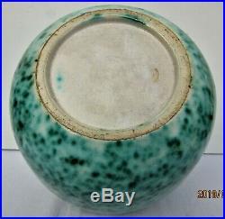 Vase d'époque art deco PrimaveraEmail noir lustré sur fond vert moucheté