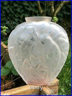 Vase en verre moulé aux perroquets Art déco dans le style de Lalique