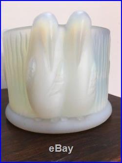 Vase en verre opalescent décor aux Pingouins style Art déco Simonet Sabino