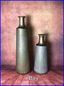 Vases (la paire) en métal martelé doré patiné